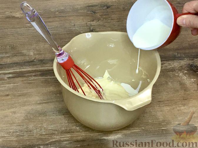 Фото приготовления рецепта: Тыквенный кекс с начинкой из сливочного сыра - шаг №7