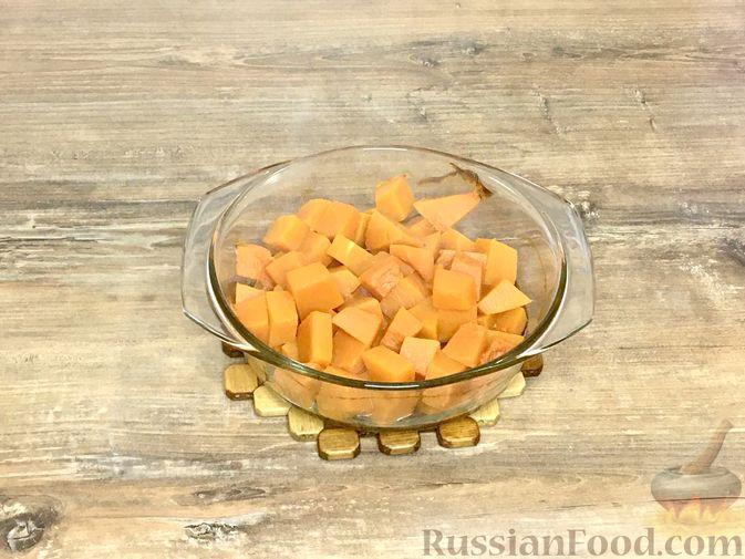 Фото приготовления рецепта: Тыквенный кекс с начинкой из сливочного сыра - шаг №9
