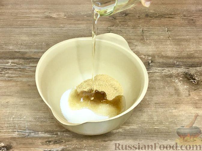 Фото приготовления рецепта: Тыквенный кекс с начинкой из сливочного сыра - шаг №11