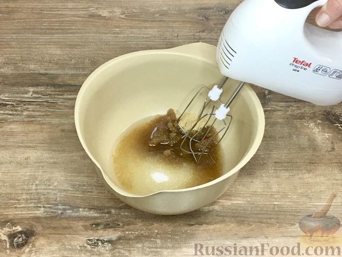 Фото приготовления рецепта: Тыквенный кекс с начинкой из сливочного сыра - шаг №12