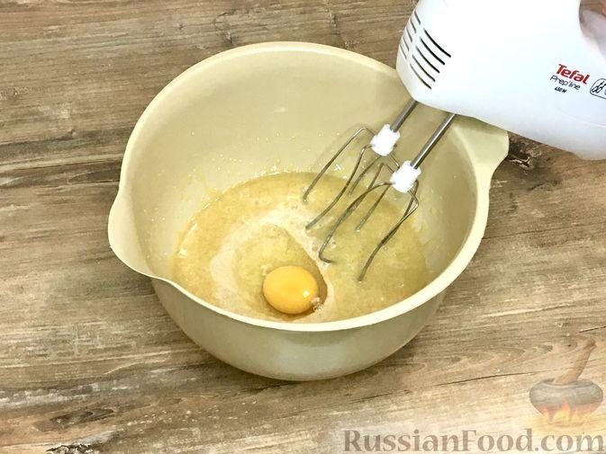 Фото приготовления рецепта: Тыквенный кекс с начинкой из сливочного сыра - шаг №13