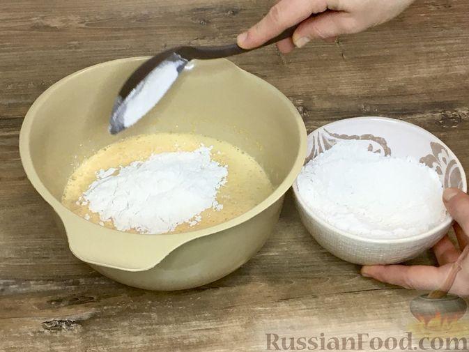 Фото приготовления рецепта: Тыквенный кекс с начинкой из сливочного сыра - шаг №16