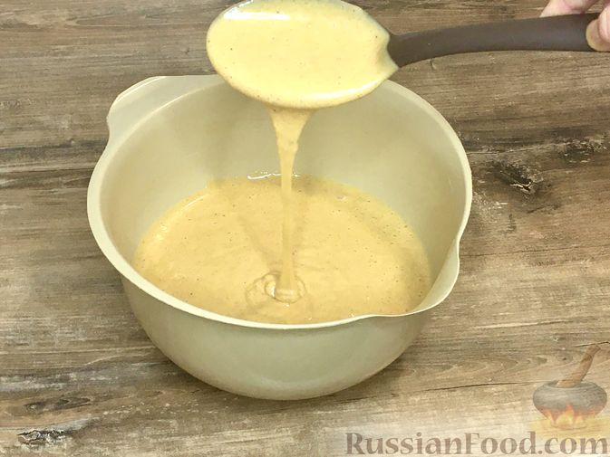 Фото приготовления рецепта: Тыквенный кекс с начинкой из сливочного сыра - шаг №17