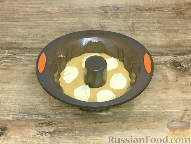 Фото приготовления рецепта: Тыквенный кекс с начинкой из сливочного сыра - шаг №19