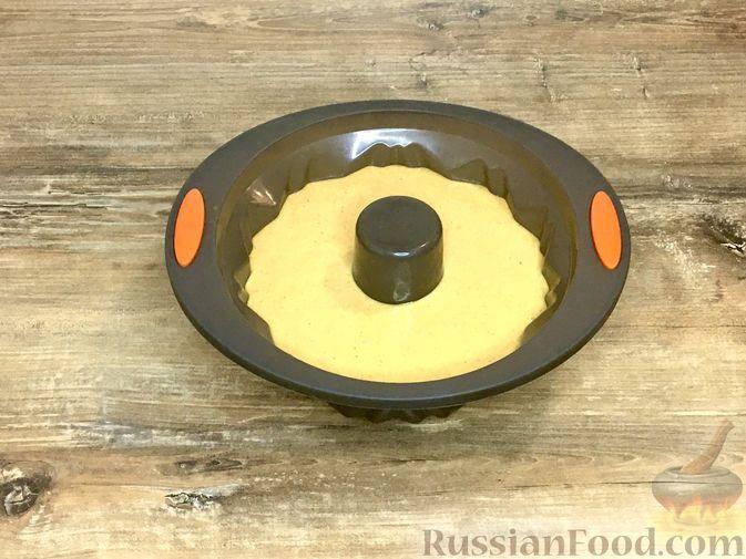 Фото приготовления рецепта: Тыквенный кекс с начинкой из сливочного сыра - шаг №20