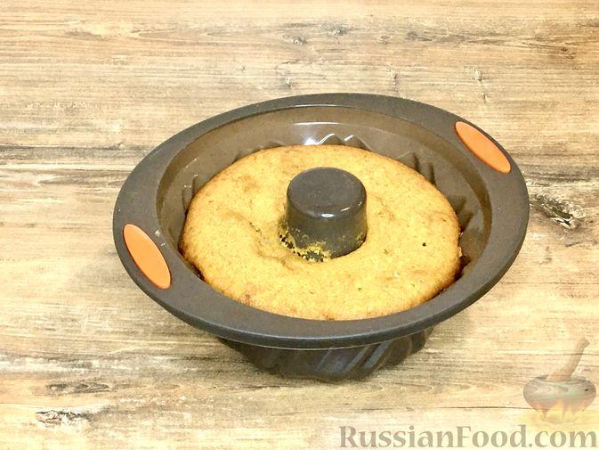 Фото приготовления рецепта: Тыквенный кекс с начинкой из сливочного сыра - шаг №21