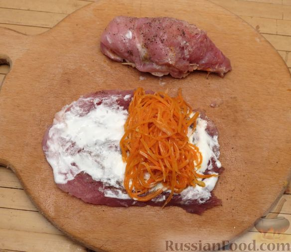 Фото приготовления рецепта: Рулеты из свинины с морковью по-корейски - шаг №3