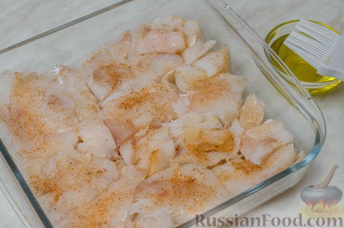 Фото приготовления рецепта: Треска, запечённая с помидорами черри, в белом вине и сливках - шаг №3