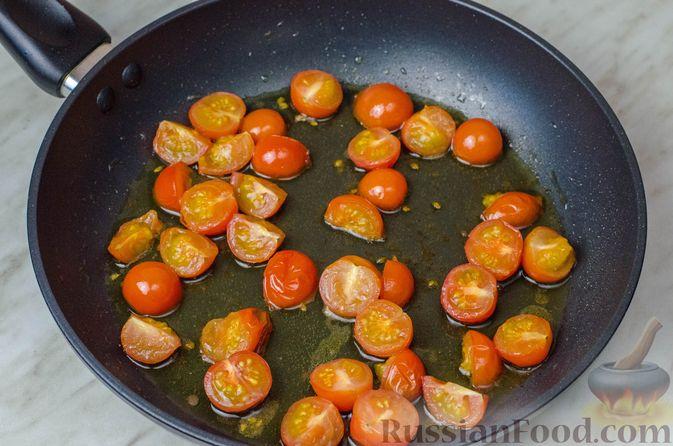 Фото приготовления рецепта: Треска, запечённая с помидорами черри, в белом вине и сливках - шаг №5