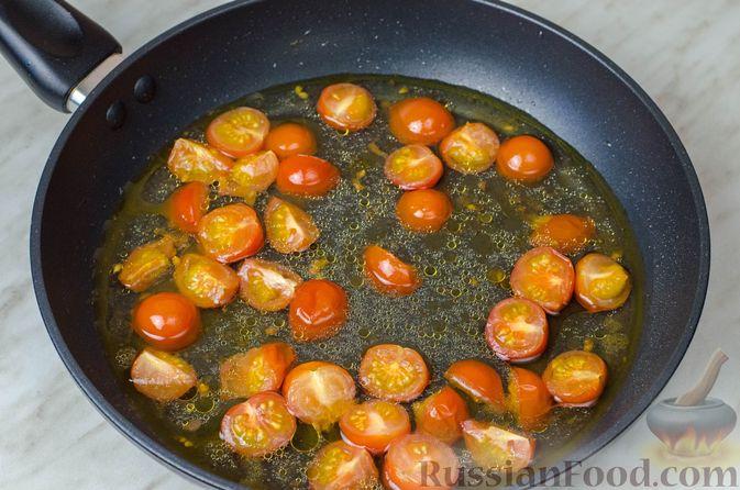 Фото приготовления рецепта: Треска, запечённая с помидорами черри, в белом вине и сливках - шаг №6