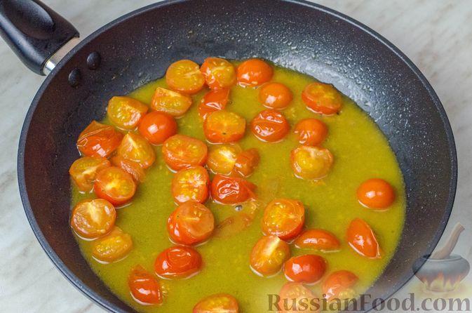 Фото приготовления рецепта: Треска, запечённая с помидорами черри, в белом вине и сливках - шаг №7