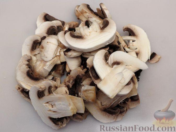 Фото приготовления рецепта: Тушёная цветная капуста с грибами - шаг №6