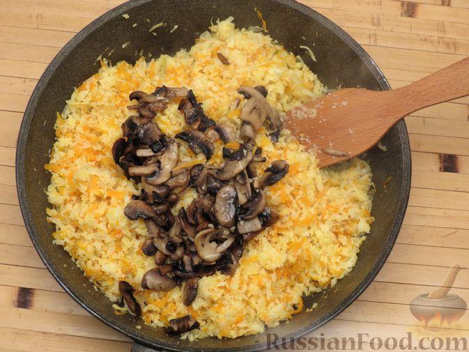 Фото приготовления рецепта: Тушёная цветная капуста с грибами - шаг №8