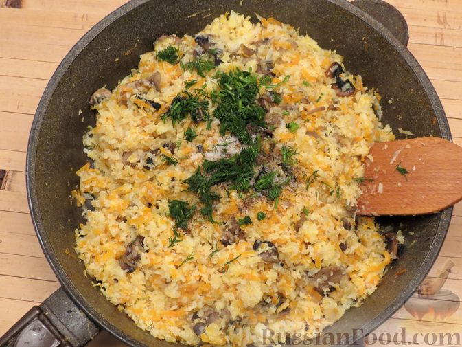 Фото приготовления рецепта: Тушёная цветная капуста с грибами - шаг №9