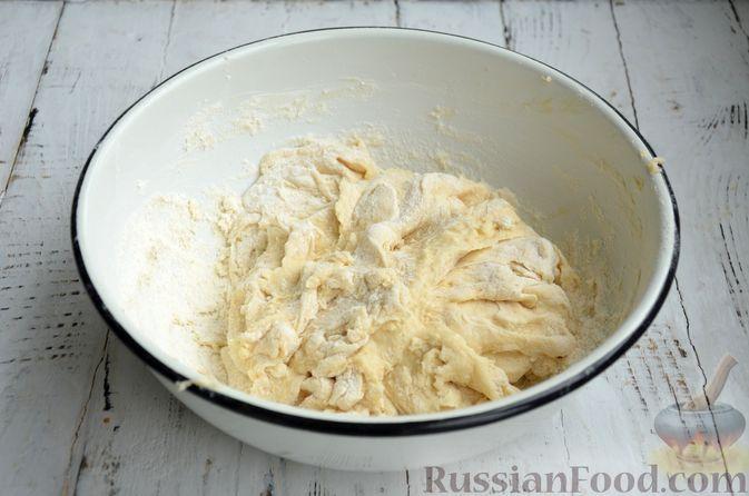 Фото приготовления рецепта: Сдобные булочки с яблоками и штрейзелем - шаг №4