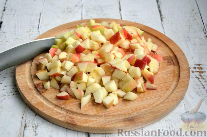 Фото приготовления рецепта: Сдобные булочки с яблоками и штрейзелем - шаг №6