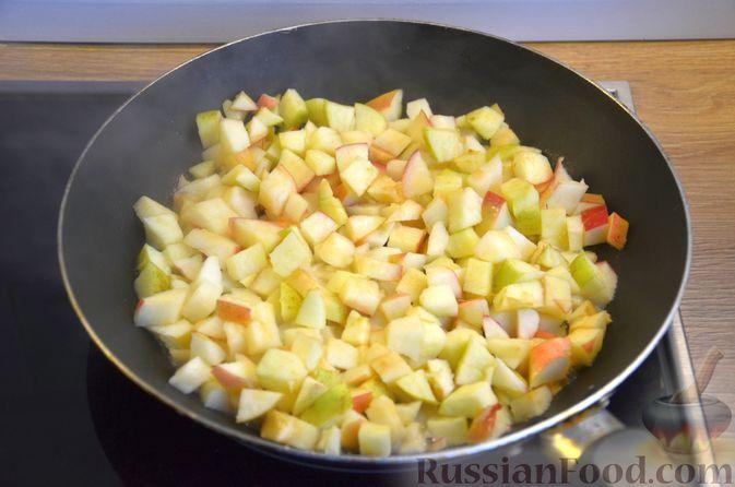 Фото приготовления рецепта: Сдобные булочки с яблоками и штрейзелем - шаг №7