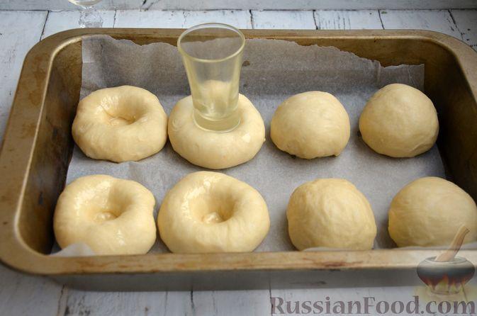 Фото приготовления рецепта: Сдобные булочки с яблоками и штрейзелем - шаг №11