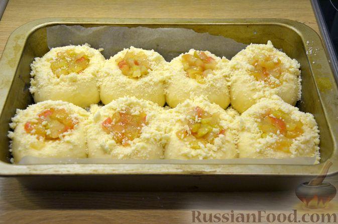 Фото приготовления рецепта: Сдобные булочки с яблоками и штрейзелем - шаг №15
