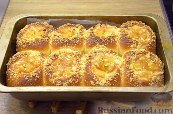 Фото приготовления рецепта: Сдобные булочки с яблоками и штрейзелем - шаг №16