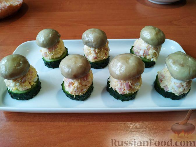 """Фото приготовления рецепта: Праздничная закуска """"Грибочки"""" - шаг №8"""