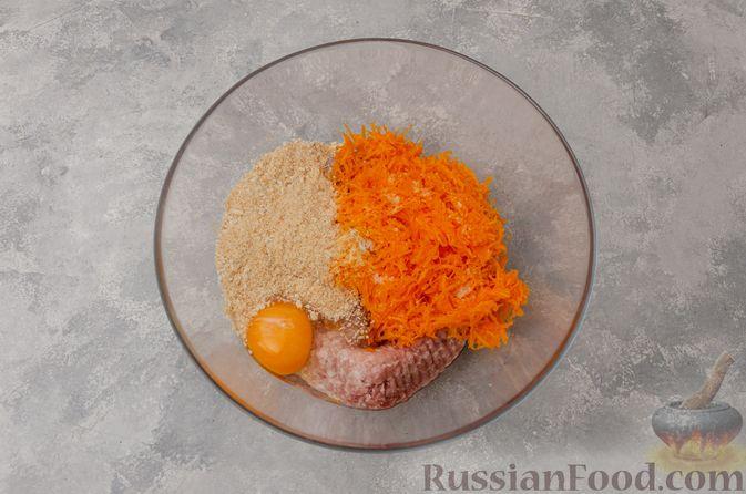 Фото приготовления рецепта: Котлеты из мясного фарша с тыквой, в духовке - шаг №5
