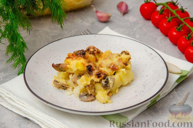 Фото к рецепту: Картофельная запеканка с грибами, сметаной и сыром