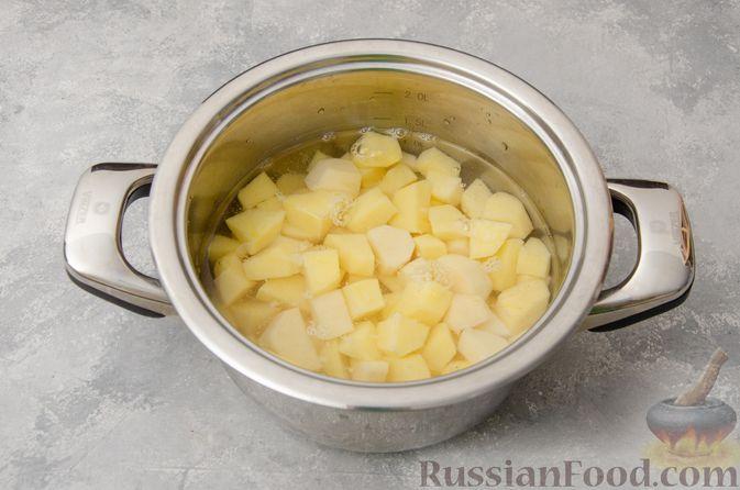 Фото приготовления рецепта: Картофельная запеканка с грибами, сметаной и сыром - шаг №2