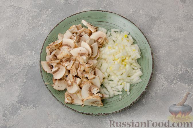 Фото приготовления рецепта: Картофельная запеканка с грибами, сметаной и сыром - шаг №3