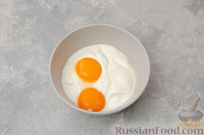 Фото приготовления рецепта: Картофельная запеканка с грибами, сметаной и сыром - шаг №6