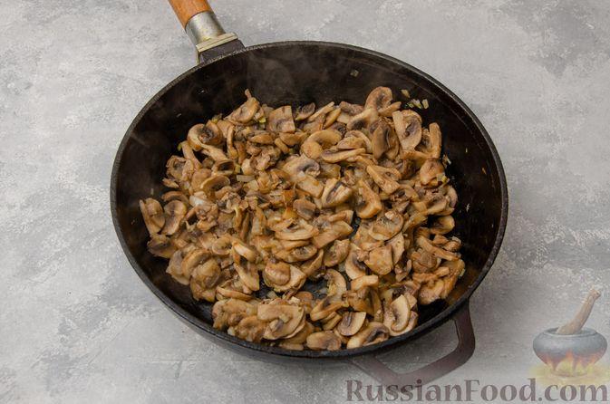Фото приготовления рецепта: Картофельная запеканка с грибами, сметаной и сыром - шаг №5