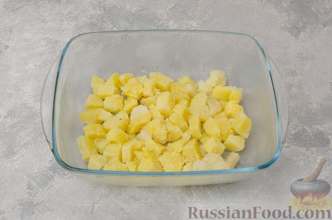 Фото приготовления рецепта: Картофельная запеканка с грибами, сметаной и сыром - шаг №8
