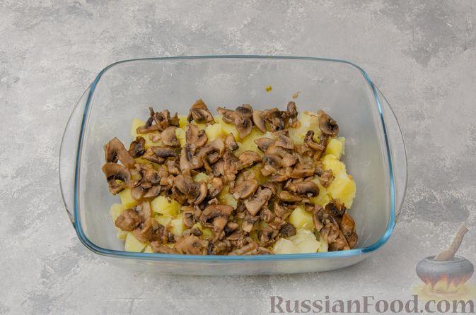 Фото приготовления рецепта: Картофельная запеканка с грибами, сметаной и сыром - шаг №9