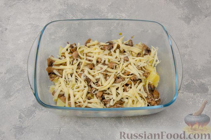 Фото приготовления рецепта: Картофельная запеканка с грибами, сметаной и сыром - шаг №10