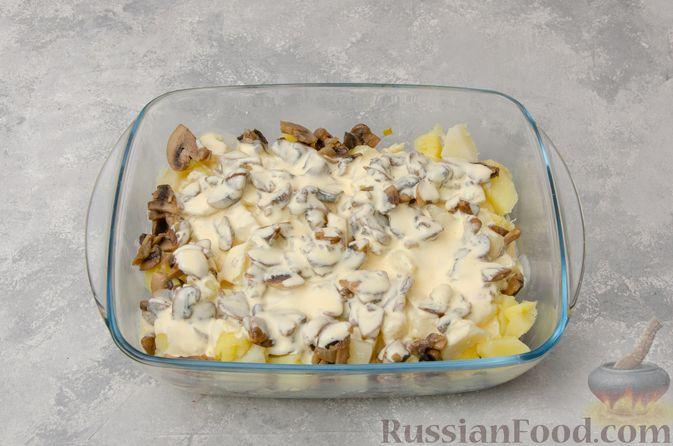 Фото приготовления рецепта: Картофельная запеканка с грибами, сметаной и сыром - шаг №11