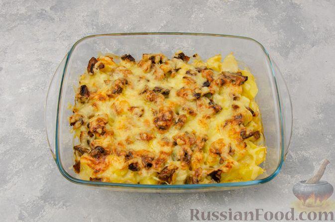 Фото приготовления рецепта: Картофельная запеканка с грибами, сметаной и сыром - шаг №13