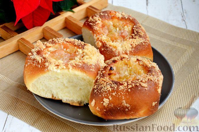 Фото к рецепту: Сдобные булочки с яблоками и штрейзелем