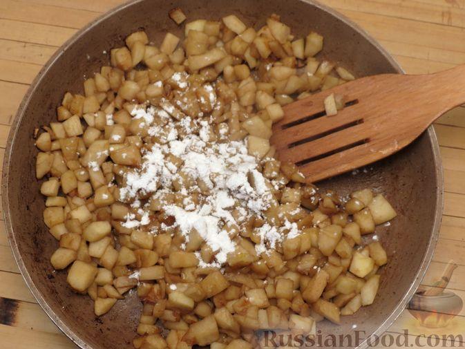 Фото приготовления рецепта: Пирожки с яблоками, из песочного теста на сметане - шаг №8