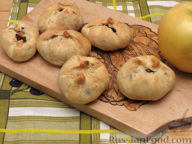 Фото приготовления рецепта: Пирожки с яблоками, из песочного теста на сметане - шаг №13