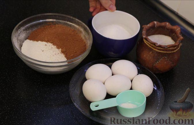 Фото приготовления рецепта: Шоколадный бисквит на какао - шаг №1