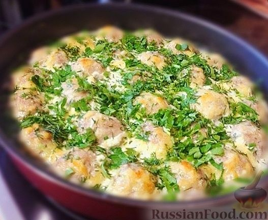 Фото к рецепту: Куриные тефтели, запечённые в кефирном соусе с сыром