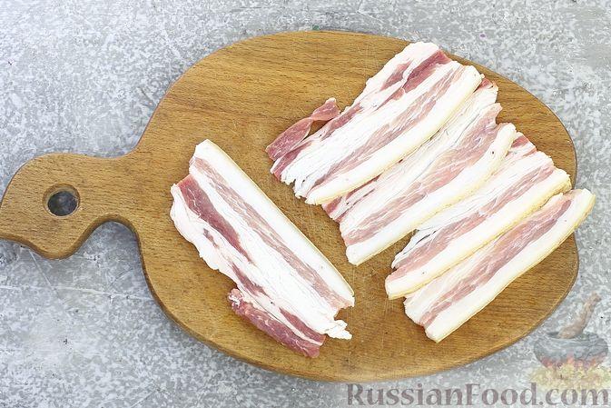 Фото приготовления рецепта: Рулетики из бекона с куриной печенью, запечённые в духовке - шаг №6