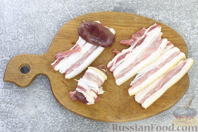 Фото приготовления рецепта: Рулетики из бекона с куриной печенью, запечённые в духовке - шаг №7