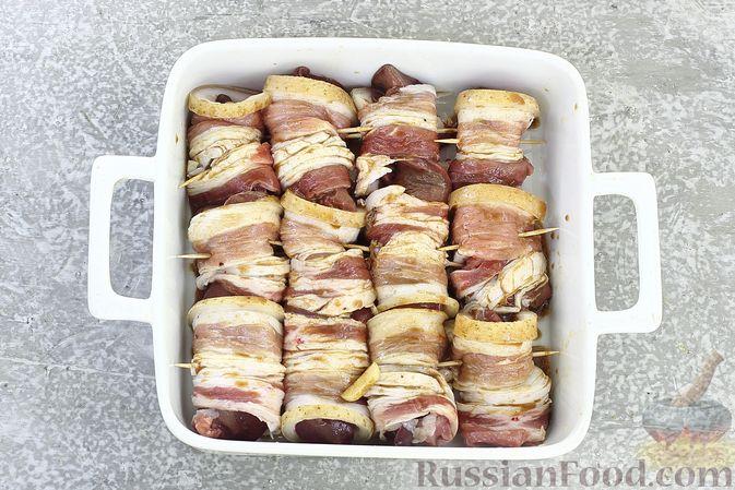 Фото приготовления рецепта: Рулетики из бекона с куриной печенью, запечённые в духовке - шаг №8