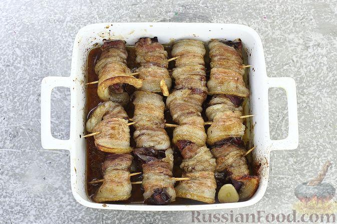 Фото приготовления рецепта: Рулетики из бекона с куриной печенью, запечённые в духовке - шаг №11