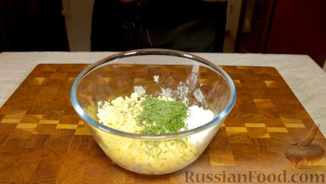 Фото приготовления рецепта: Закуска из розовых фаршированных яиц - шаг №5