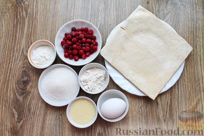Фото приготовления рецепта: Рулетики из слоёного теста с клюквой - шаг №1