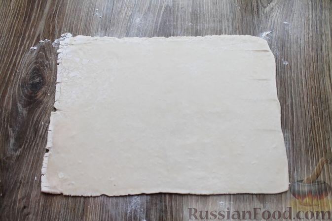 Фото приготовления рецепта: Рулетики из слоёного теста с клюквой - шаг №2