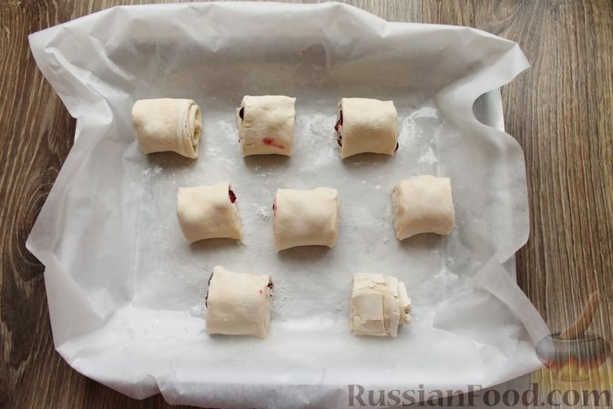 Фото приготовления рецепта: Рулетики из слоёного теста с клюквой - шаг №6
