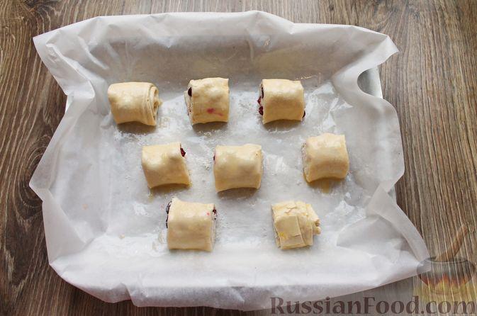 Фото приготовления рецепта: Рулетики из слоёного теста с клюквой - шаг №8
